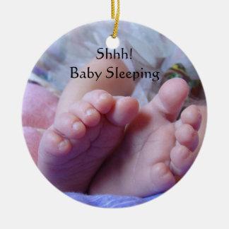 Shhh pies colgantes del bebé de los ornamentos el adorno navideño redondo de cerámica