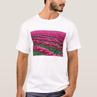 Show garden of spring-flowering tulip bulbs in T-Shirt