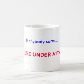 ¡Si cualquiera cuida…,… estamos BAJO ATAQUE! Taza Básica Blanca