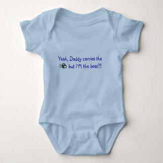 Sí, el papá lleva la insignia y los puños mameluco de bebé
