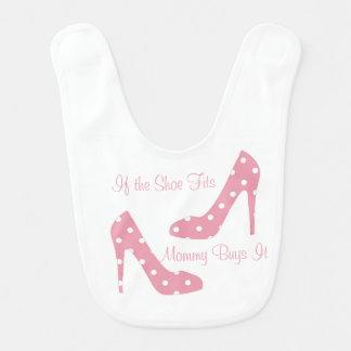Si el zapato cabe el babero rosado del bebé