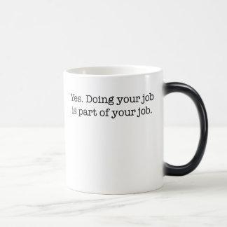 Sí. Hacer su trabajo es parte de su trabajo Tazas De Café