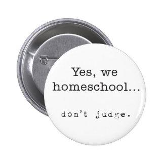 Sí, nosotros Homeschool… No juzgue Pin Redondo De 2 Pulgadas