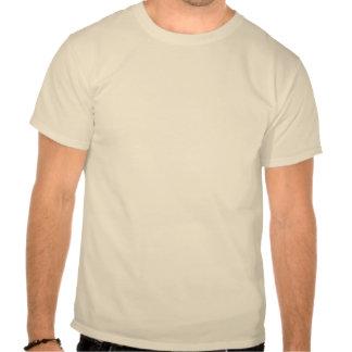 Si un hombre se coloca solamente en las maderas, s camiseta