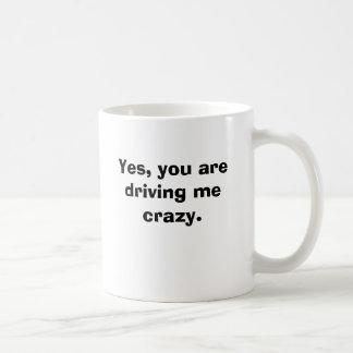 Sí, usted me está conduciendo loco taza básica blanca