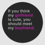 Si usted piensa mi novia es linda pegatina redonda