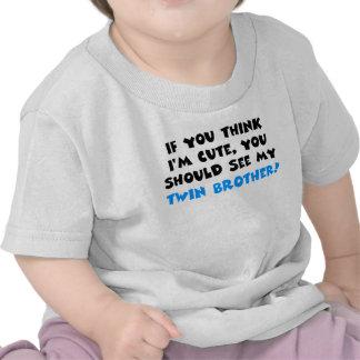 Si usted piensa que soy lindo, debo ver a mi herma camisetas