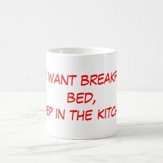 Si usted quiere el desayuno en cama, duerma en el  taza básica blanca