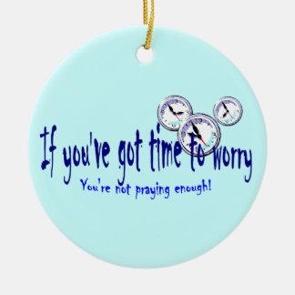 Si usted tiene tiempo para preocuparse… adorno navideño redondo de cerámica