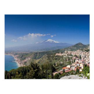 Sicilia - Taormina delante de la postal del Etna