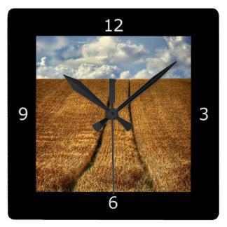 Sido y campo de trigo ido con las pistas del reloj cuadrado
