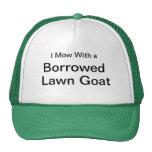 Siego con una cabra prestada del césped gorro de camionero