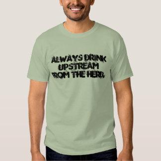 Siempre bebida contra la corriente de la manada remera