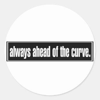 Siempre delante de la curva pegatina redonda