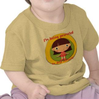 Siendo promovido a la camiseta infantil del niño d