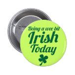 Siendo un diseño pequenito del día del St Patricks Pin Redondo De 2 Pulgadas