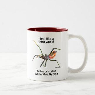 Sienta como un tercer insecto de rueda taza de café de dos colores