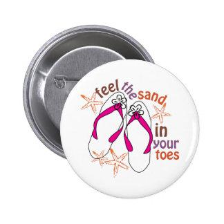 Sienta la arena en sus dedos del pie pin redondo de 2 pulgadas