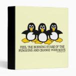 Sienta la mirada fija ardiente de los pingüinos