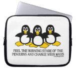 Sienta la mirada fija ardiente de los pingüinos funda portátil