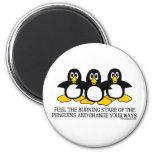 Sienta la mirada fija ardiente de los pingüinos iman de nevera