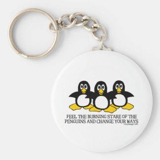 Sienta la mirada fija ardiente de los pingüinos llavero personalizado