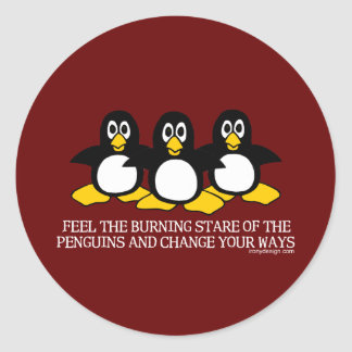 Sienta la mirada fija ardiente de los pingüinos pegatina redonda