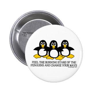 Sienta la mirada fija ardiente de los pingüinos pin redondo de 2 pulgadas