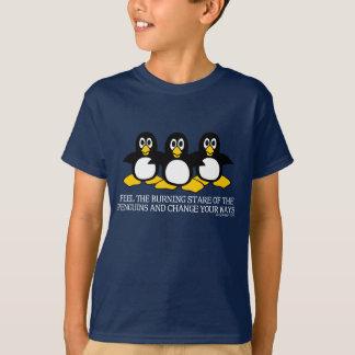 Sienta la mirada fija ardiente de los pingüinos playera