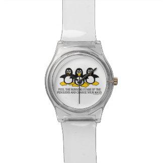 Sienta la mirada fija ardiente de los pingüinos relojes de pulsera
