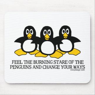Sienta la mirada fija ardiente de los pingüinos tapetes de raton