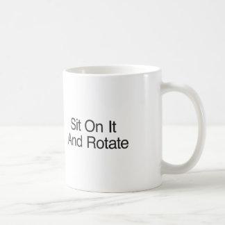 Siéntese en él y gire taza clásica