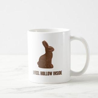 Siento el conejito de pascua interior hueco del taza de café