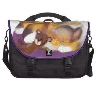 Siesta del gato con el oso de peluche bolsas para portátil