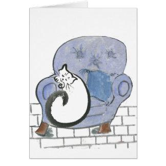 Siesta del gato en la silla cómoda azul grande tarjeta