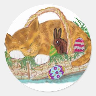 Siesta del gato en una cesta de Pascua Pegatina Redonda