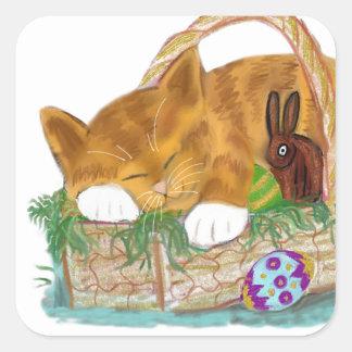 Siesta del gato en una cesta de Pascua Pegatina Cuadrada