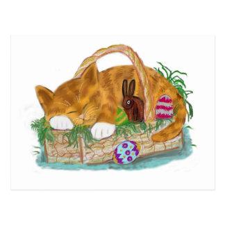 Siesta del gato en una cesta de Pascua Postal