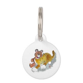 Siesta del oso de peluche con el gatito anaranjado placas para mascotas