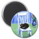 Siestas del gato negro en silla iman para frigorífico