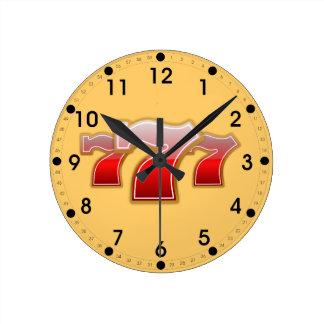 Siete afortunados reloj redondo mediano