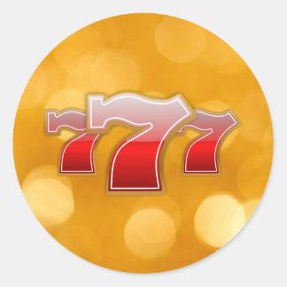 Siete afortunados - Sevens rojo en fondo de oro Pegatina Redonda