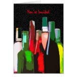 Siete botellas de vino en la pared le invitan tarjetas