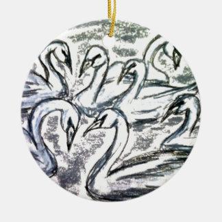 Siete cisnes una natación adorno navideño redondo de cerámica