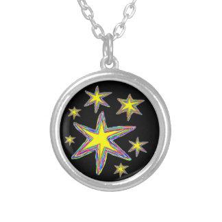 Siete estrellas coloreadas brillantes en negro colgante redondo