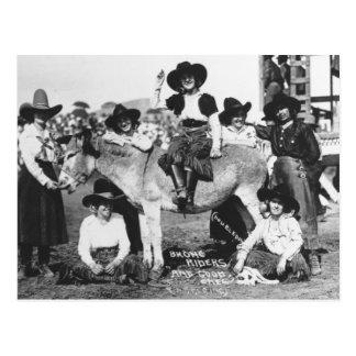Siete vaqueras del rodeo jocosamente que presentan postal