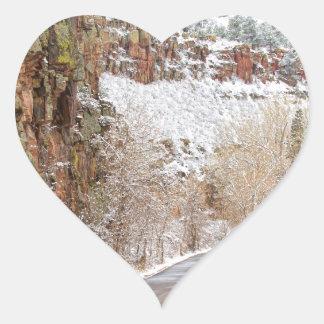 Siga el camino rojo del invierno de Ridge de la Pegatina En Forma De Corazón