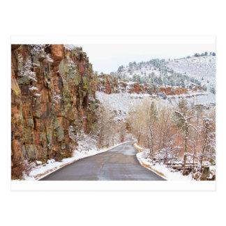 Siga el camino rojo del invierno de Ridge de la Postales