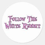 Siga el conejo blanco pegatina redonda