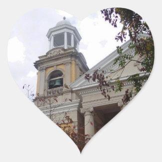 Siga la iglesia amarilla del ladrillo pegatina en forma de corazón
